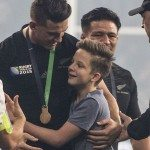 new zealand muslim rugby player gives medal to boy